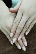 ピンクベージュに少しパ―ルが入ったお色になりますので、手がとても綺麗に見えるオススメカラ―です(^_^) こちらはハンドシンプルコ―スでさせて頂いております‼ 小林由佳のフォト