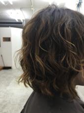 リアルサロンワークです!  毛先にかなりダメージがあったので 他のサロンでは断られることも多々あったみたいですが  ゆるふわにかけることができました(^o^)/  ポイントはしっかりとケラチンの入った前処理トリートメントで 髪の毛のタンパク質を補充してあげることです! guriri所属・yuta.のスタイル