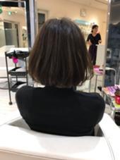 12レベルの明るさのお客様に8レベルになるようにグレーベースにラベンダーアッシュで黄ばみをおさえたカラーに仕上げています。ダメージがあるため毛先には弱いお薬でゆっくりと色をいれています。黄ばみが気になる方にオススメなカラーです。 Hair Make MUSE所属・橘喜広のスタイル