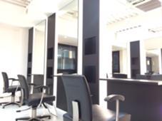 白と黒を基調にした店内は落ち着ける空間になっています! Velle Forte所属・板本光幸のスタイル