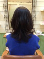 普段のスタイリングはアイロンでカールを付けるので、 少しレイヤーを入れてカールがランダムに入るようカット。 広がらないようにトップの重さを残して、サイドも毛流れに沿ってハネにくくしました。 LIP hair design所属・清水瞳のスタイル