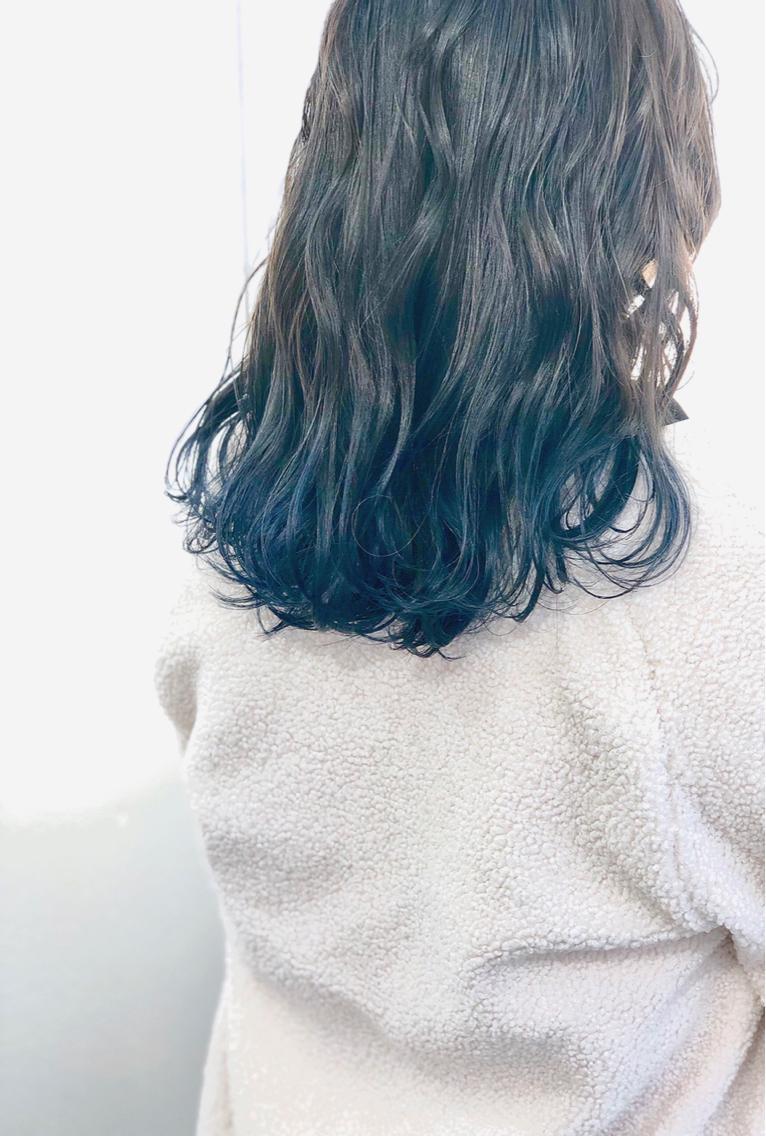#ミディアム #カラー 全体アッシュグレージュ! 毛先にブルー(^-^)