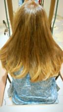 今年出る予定の新色「モノトーン」で染め 淡いグレイのカラーを演出!  毛先の明るい部分は残しグラデーションカラーで 仕上げました(^^)  カットは重さが残るように段をつけず かつバランスを見て コテ仕上げでも自然に馴染むように毛先を調整しています。  ご要望がありましたらお待ちしております(^^) unlieta所属・長谷川貴紀のスタイル