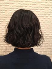 デジタルパーマをかけました くせ毛っぽくしたいとの事だったので、ランダムに巻いて、仕上げはムースでくしゃっとくせ毛感を出しました AZURA用賀所属・宮本美沙子のスタイル