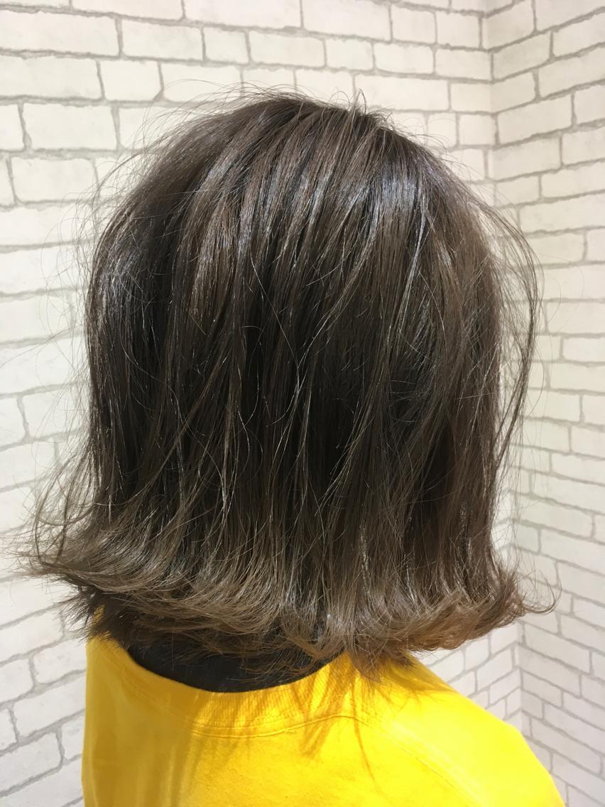 #ミディアム #カラー 髪の毛に良くないのは日頃の自然乾燥だったりさまざまですが、ダメージの少ないものでもアルカリ剤なので髪の毛が良いとされる、弱酸性のカラーでお客様のダメージを最小限に仕上げています。何かあればスタッフにご相談ください。