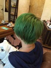 ブリーチ2回からの ビビットグリーン Hair  Atelier Ririan所属・マエダシンゴのスタイル
