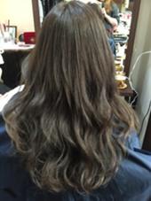 ハイトーンだったベースをアッシュ系カラーに落ち着けました!ハイライトを入れているので巻き髪の動きが作りやすいです!!▷▶︎▷デザインカラー¥5500 HAIR&MAKE POSH 新宿店所属・浦井奈津美のスタイル