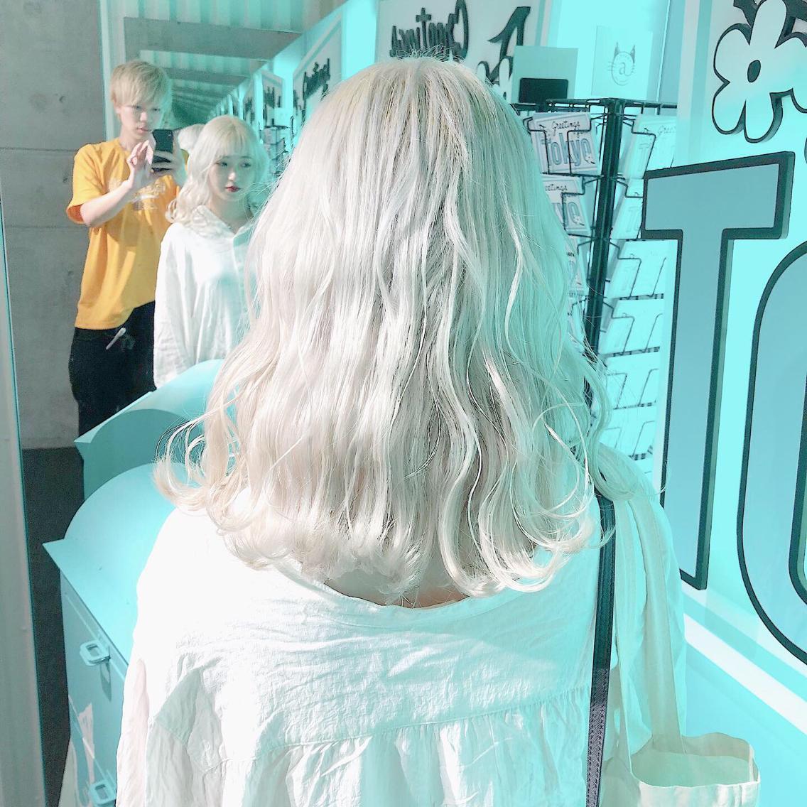 #カラー perfect White    ・perfect White・ ✳︎10800円〜✳︎ ✳︎minaでブリーチ3〜5回出来れば綺麗なホワイトヘアを作れます👻 ✳︎ ✳︎ダメージが強いとブリーチが出来ない場合もあるのでご了承ください ✳︎ムラシャンはエンシェールズのシャンプーを薄めて使うのがオススメ🧖🏻♀️ ✳︎ ✳︎黒染めや縮毛、デジパをしていなくてダメージがひどくなければおおよそ4〜5回ブリーチで出来ます🦄✳︎ 最後まで可愛く仕上げます🇰🇷 ✳︎ お店の近くにあるティファニーカフェで映えな写真もプレゼントします🦄 ✳︎ ✳︎黒染め履歴、ダメージが強い方はでホワイトにはならないです💦  #原宿#ハイトーンカラー#シルバーカラー#ヘアカラー#ネイビーカラー#ホワイトカラー#ブロンドヘアー#アッシュ#ケアブリーチ#ブロンドカラー#派手髪#ラベンダーカラー#ミルクティーカラー#アッシュ#ミルクティーベージュ#ブルージュ#グレージュ#ピンクカラー#インナーカラー#ハイライトカラー#グラデーションカラー#bts#seventeen#twice ✳︎ ✳︎ ✳︎