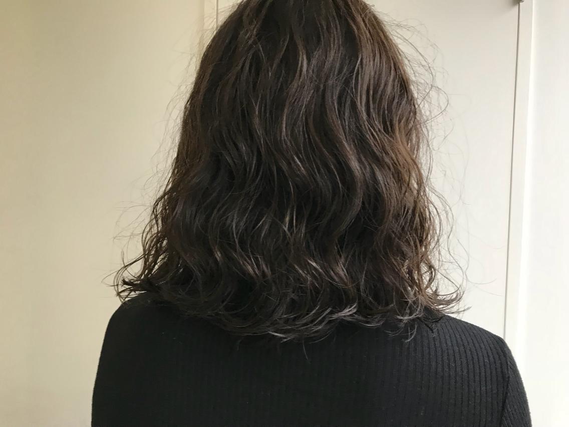 #パーマ リアルパーマスタイル!大きめのロッドでしっかりウェーブ!スタイリングが楽チンです!! ダメージレスなコスメパーマを使用してます! なるべくコテで巻いた質感に近くなるようふんわりかけます!! ※髪質によってパーマのかかり方はかなり異なります。まずはご相談くださいませ。