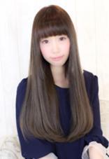 重めのロングスタイル。厚め前髪で目力アップさせています。グレージュカラーで透け感のある暗髪に仕上げています。 Hair Make MUSE所属・橘喜広のスタイル