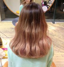 今流行りのグラデーション! こっそりピンクのメッシュが 入ってるのがおしゃれ。 小松真理子のスタイル