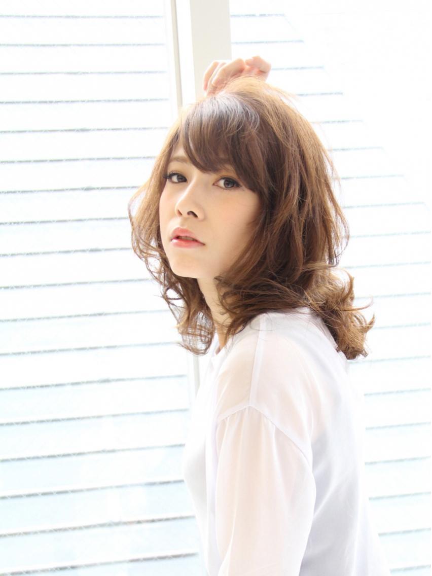 ミディアム カラー パーマ 色気のあるミディアムスタイル☆ パーマで柔らかい雰囲気が印象◯