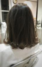 色がぬけて黄色っぽくなった髪の毛を、少しトーンダウンして落ち着かせました! グレージュカラー、スモーキアッシュ! fifth(フィフス)所属・上原俊樹のスタイル