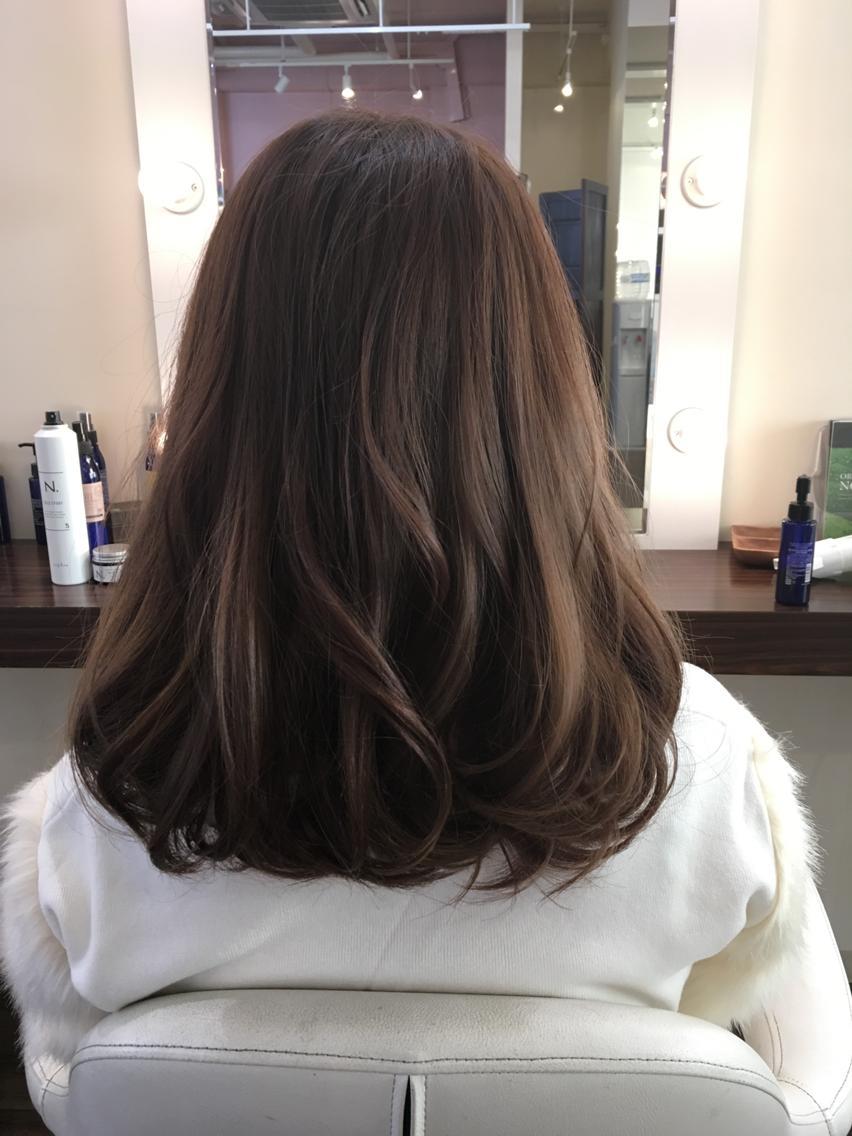 #ミディアム #カラー スモーキーベージュにベリーピンクをミックス  夏でダメージしたヘアを秋らしく少しだけのトーンダウンと艶と透明感