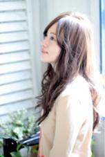 ゆるくコテ巻きしたスタイル。透け感のあるブラウンカラーもオススメです! アトリエMAI北千住店所属・江角龍のスタイル