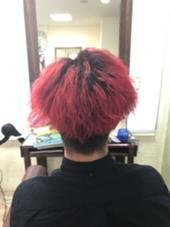 元々ツイストパーマをかけているお客様!根元5センチ空けてブリーチをして赤を入れました!派手髪お好きな方は是非! clock所属・帳将太のスタイル
