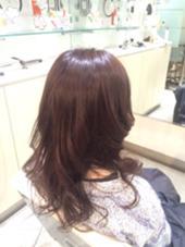 13レベルの髪の毛からトーンダウン7レベルに。 就活の黒染め前に1クッション。 深く色味を入れてオシャレなカラーに。 特別なサロンでしか出来ないイルミナカラーを使って 赤みをしっかり無くした透明感のある艶カラー アッシュ系ですが隠し味にパープルを配合。  BLANCO G-south所属・牧野ひかるのスタイル