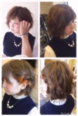 ショートボブ風の髪の毛をmix巻きにし、 ダブルカラーで透明感のあるグレーアッシュを入れ、耳元にはポイントで鮮やかなオレンジをイヤカフカラーとして入れました! emue所属・岩崎優子のスタイル