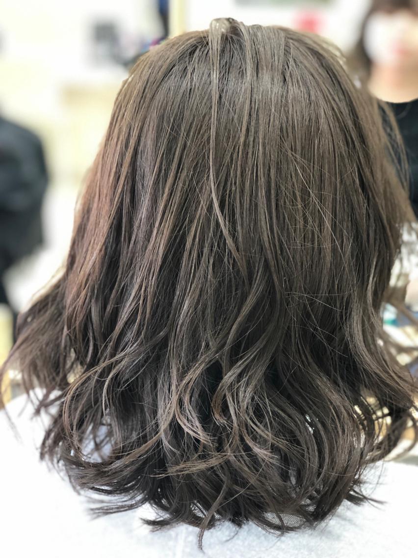 #ミディアム #カラー #マツエク・マツパ 【ご覧いただきありがとうございます☆こちらのスタイルを気に入っていただけましたら、ブックマークしてご来店時にお見せください!】ダメージの少ないものでもアルカリ剤なので髪の毛が良いとされる、弱酸性のカラーでダメージを最小限に仕上げています!