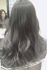 外国人風グラデーションカラー( ´・ω・`) 根本は暗めのアッシュカラー毛先はスモーキーグレイ(՞ټ՞☝ 藤本淳一のスタイル