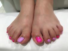 ピンクとパープルのシェラックにグリーンとブルーのストーンを乗せました(♡˙ᵕ˙♡) VINGT NAIL所属・山藤萌永のフォト