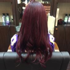 今回はボルドーカラーのカラースタイルになります✨  以前ピンク系のカラーのお話をした時に出した、「必殺ボルドーカラー」です✨  このカラーはトリプルカラーになるのですが、ブリーチひ使用していません✨ もちろん髪質によりブリーチが必要な方はいますが、大体の方は必要ないと思います✨  1. まずはカラー剤で1番明るくなるブラウンを使用して、全体を明るくします。 2. 1度シャンプーして、今度は1番赤味の出るカラー剤を使用して土台の赤を作ります 3. もう1度シャンプーしてピンク味のちょっと強めの赤をトリートメントカラーで調合してカラーリングします。  これでボルドーの完成です✨ ハッキリ赤味が出て、個性的な感じになります✨ もっとナチュラルだけどハッキリ赤味が出た感じにしたい時は、トリートメントカラーの行程を無くすると出来ます✨   このカラーの注意‼︎ 1. 1番赤味の出るカラーとトリートメントカラーは、別の色味、特にアッシュ、マット系はカラーチェンジが難しいものになります。 それだけハッキリした色味だということです。 インナーカラーや毛先への2トーンカラーに使うのが1番適していると考えています✨ 2. 1週間位は、お風呂で注意してください。 タオルに色移りすることがあります。 雨の中、濡れないようにするのが大事にもなります。  赤味の出し方は、独自で様々な調合から割り出して、1番ハッキリ出る色味を作っていますので、カナリ自信あります! 注意点だけ気をつけてくださいね✨ POSH新宿所属・宇都壮介のスタイル