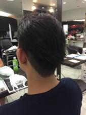 縮毛矯正をかけているモデル様。  短い髪の毛に縮毛をかけていると綺麗な毛流れやボリュームが出しづらい。。 そんなお悩みをお持ちの方でした(*_*)  ツーブロックと後ろに流しやすくカットするだけで今流行りの髪型に‼️ 気に入っていただいて本当によかったです☺️  またおまちしております! bleu所属・小金潤平のスタイル