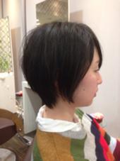 えりあしはタイトに、後頭部には丸みを持たせたショートスタイル。 毛先にかけ先細にカットしているので、柔らかい動き、質感に。 鈴木晃一のスタイル