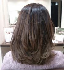ショートヘアの時にしたブリーチが伸びた状態で、耳上から毛先が明るい状態でした。 根元を暗く、毛先にかけてグレージュ系のグラデーションにして、根元が伸びてきた際にも気になりにくいようにしました。 insence 桜新町所属・佐々木汐理のスタイル