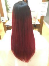 個性爆発☆ブリーチを2回した後にレッドをオン!!! ポイントは境界線をぼかした黒から赤へのランダムグラデーションです!  持ち込みして頂いたマニパニを使用しております(^ω^) ing's hair(イングスヘアー)所属・日谷真奈美のスタイル
