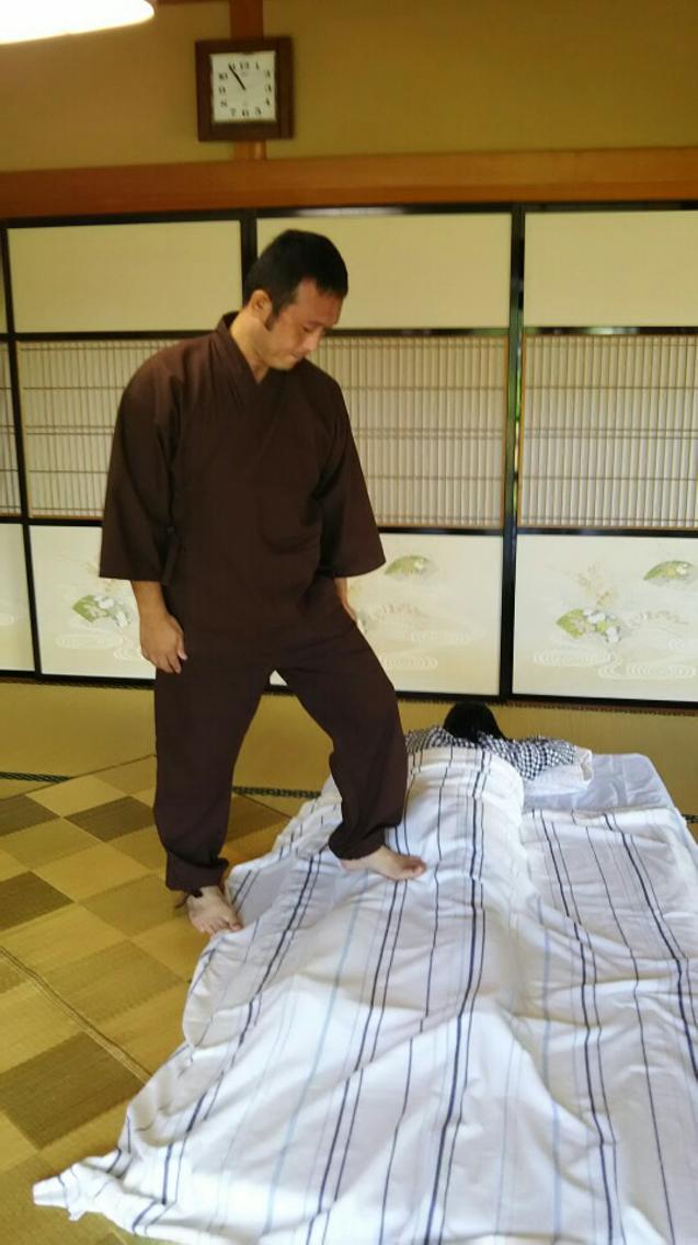 足踏みボディケアの様子です、適した圧と角度で足をあてる施術です
