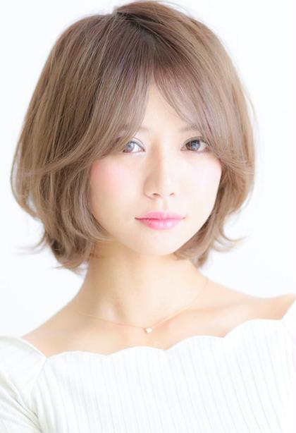 黒髪の持つ嫌な赤みをいっさい消したアッシュカラーで透明感カラー! 前髪はおでこの肌が少し透けるくらいのシースルーにすることで抜け感プラス! 可愛い重過ぎないひし形ショ ートボブヘア☆ 乾かすだけでまとまる簡単スタイリング! DAYS(デイズ)所属・山田美紗希のスタイル