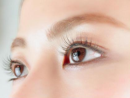 根元から上げ、瞳がパッチリみえつつ 自然なカールをつけてます。 眉毛のブリーチも同時施術可能です☆ *Konomi*の
