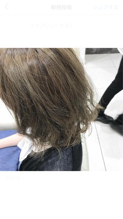 元々の髪の毛が明るい方はブリーチなしでもこれくらい透けます(^o^) イルミナとスロウを両方使って透けるハイトーングレージュです\(^o^)/ ブリーチなしなので外国人風のゆるふわパーマもかけれます!!