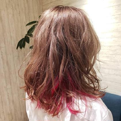 ベースは「ピーチミルクティー」 インナーには「ピンク」  女の子らしいカラーにインナーカラーで濃いめのピンクをいれることでより可愛さをUP!!  派手ないろをしたいけどなかなかできない方に オススメです! GO TODAY SHAiRE SALON所属・💕💉髪のお医者YUYA💉💕のスタイル