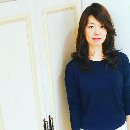 長めの前髪に大人っぽさをプラスする、アッシュ系カラー BENI hair&make所属・ツジヤスユキのスタイル
