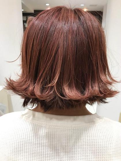 赤の色味をしっかりいれた暖色カラー! 表面に少し太めのハイライトをいれたことでより綺麗に 赤に染まりとってもかわいく仕上がりました✨ 髪のセットや光の当たり加減でまた違く見えてくるのでおススメです! KENJEannetta所属・花木綾太のスタイル