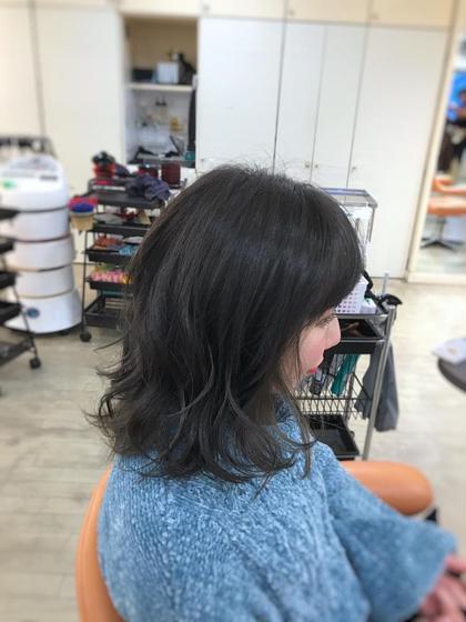 その他 カラー ミディアム 前回インナーカラーでブリーチをさせてもらい、1ヶ月経ってかなりオレンジ色に退色していたので、暗めカーキグレージュで透け感ブラックにチェンジ。  インナーカラーのおかげで、アウトラインにはちゃんと明るい毛束が残っていてかわいい!