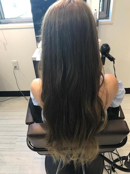 【Wカラーでミルクティーアッシュ風に♪】 ハイライト、グラデーションカラーが過去にされていて部分的に明るい部分もあったので、一度ブリーチをし、そこからミルクティーアッシュカラーに(*'▽'*)♡ Hair Salon Re(ヘアサロン アールイー)所属・今村亜未のスタイル
