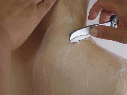 miosだけのエステと理容を併設。女性理容師による新メニュー!!ソニー肌診断→お顔シェービングとフェイシャル、デコルテのつる肌コース。眉カット込つる肌を是非ご体験ください。