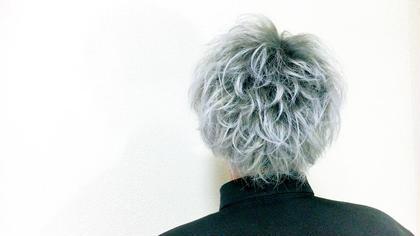 グレーカラー 根元に濃ゆいカラーをのせることで毛先に自然なグラデーションが入ります。 ブリーチ必須。モデルは元の髪色は白です。  プリンも気になりませんし、色落ちすればするほど透明感のでてくるカラーになっております  女性の方でもできるので是非お試し下さい AnyWay所属・艶髪カラーリスト馬場 弘樹のスタイル