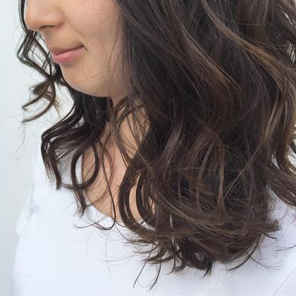 ダークトーンのアッシュカラー。 リバースに巻いたスタイルでトレンド感を。 Halo hair design所属・小川淳之のスタイル
