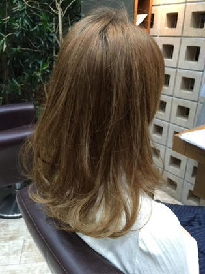 毛先のハイトーンカラーを活かした軽めのスタイル。   La tulle所属・江頭俊一のスタイル