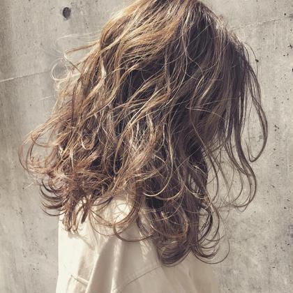 抜け感たっぷりなパーマスタイル。 Musiiikhairのセミロングのヘアスタイル