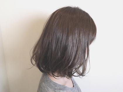 プラチナアッシュ 島野唯のミディアムのヘアスタイル