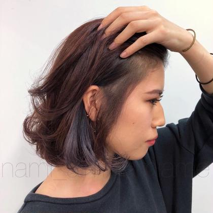 ベースは赤、ポイントに紫と、 一見大胆なお色も お顔立ちや雰囲気が品良くまとめて とてもお似合いでした。  後頭部でひと束にまとめることが多いとのことで、 耳上から後頭部に向かって、 すっとラインが出る位置にポイントカラーを。 ラフに巻いて散らしても素敵。   color(double_point+single_full) : nami noeudomotesando所属・nami_のスタイル