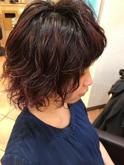 カラー ショート パーマ ランダムに巻いたパーマで朝楽ちんヘアに💚🧡💛 今流行りのバレイヤージュ技法とハイライトを混ぜて より動きを出してます🕺✨ 根元は伸びても気にならない黒から毛先にかけて ピンクレッドに⭐✨ 赤味もピンクを混ぜるとすると柔らかさを演出できます😊☝️