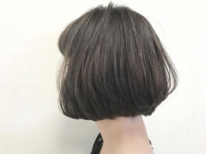 キュートなミニボブ。  鎖骨や首元を見せる襟足ギリギリのミニボブは、小顔効果や、全体的なスタイルをバランスよくみせてくれる。  セットも簡単で、オーガニックバームをランダムに揉み込むだけ!  束感を出してセットしたら、可愛い外国人風の少女のような雰囲気に。 hair make Tio所属・【stylist】elli(エリ)のスタイル