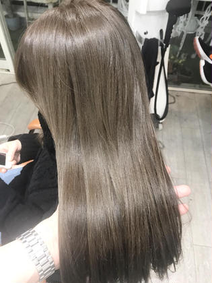 一回ブリーチしてから明るめのホワイトグレーでカラーしました✨ トップスタイリストSegawaのヘアカラーカタログ