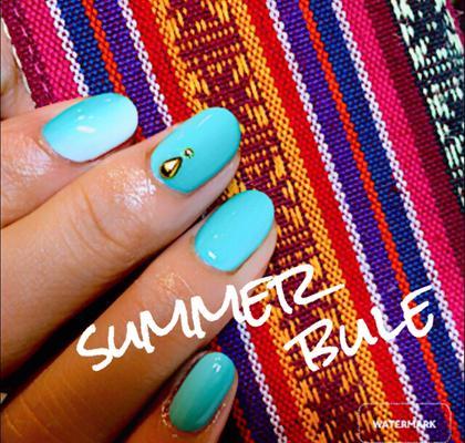 2色のブルーの縦グラデーションに白とブルーの縦グラデーションをワンポイントに加えました♪夏らしいネイルになってます♪ M.SLASH AVEDA所属・山城愛実のフォト